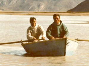 Nuunoq's father-in-law Jonas Ugp. and his cousin Abel L. are moving up the river in Nassuttooq / Nordre Stromfiord to go reindeer herding. Historical picture, personal archives