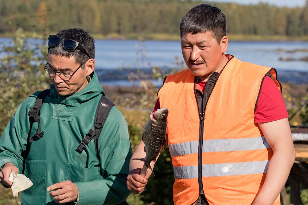 Halfdan and Nuunoq tasting Tornio whitefish. Photo: Rita Lukkarinen and Eero Murtomäki