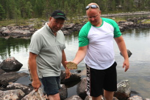 Diatomic algal blooms were detected by Sámi co-researcher Juha Feodoroff (left) and water restoration specialist Janne Raassina (right) in the Vainosjoki subcatchment area.